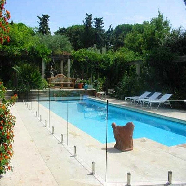Garde-corps de piscine en verre et pour tour terrasse extérieure
